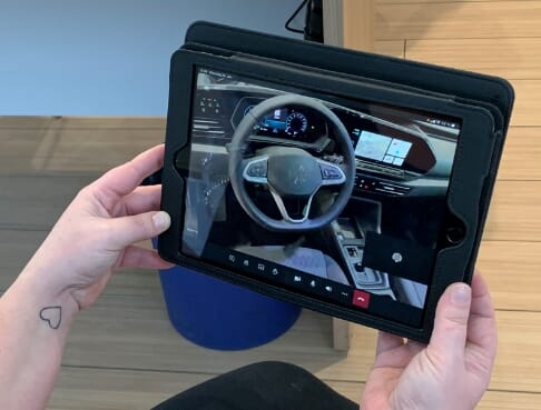 MAHAG Volkswagen Live berating mit Tablet