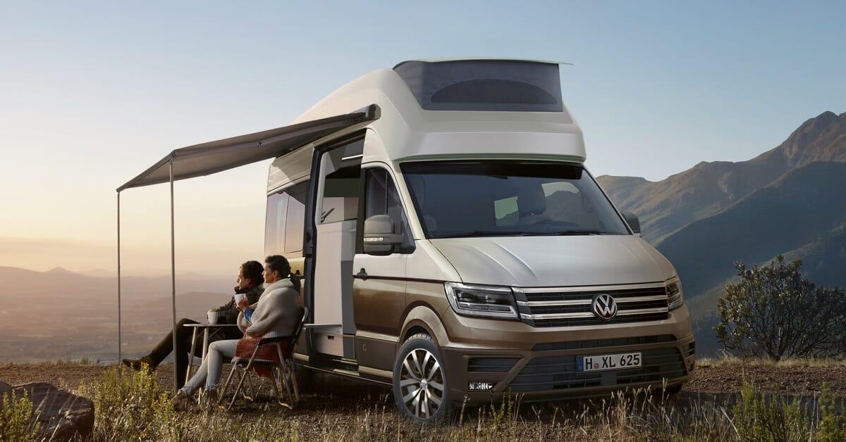 Neues Reisemobil der Volkswagen Crafter-Klasse mit Hochdach, Schlafbereich im Heck und Nasszelle.