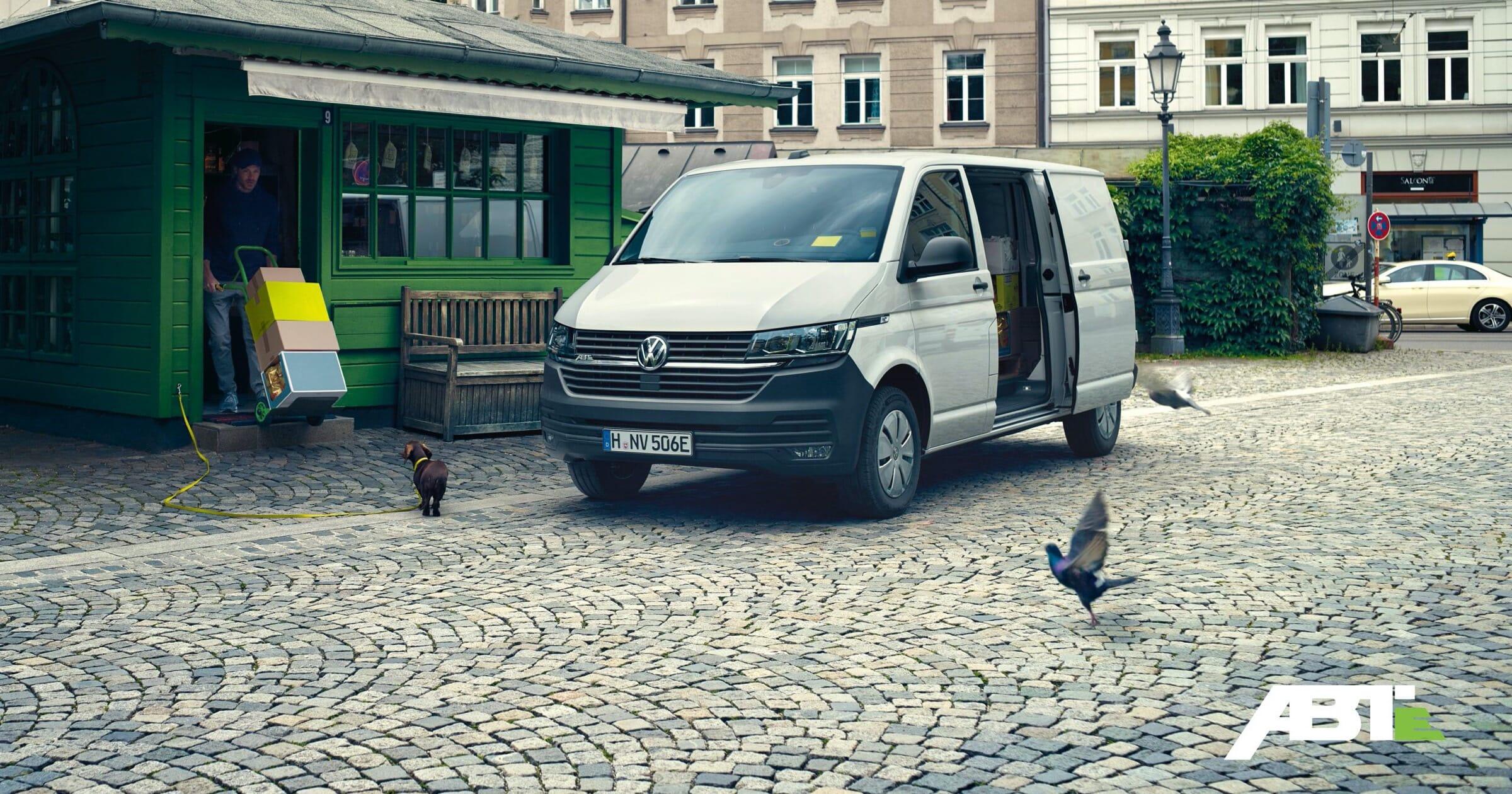 Volkswagen ABT e-Transporter bei der Auslieferung von Güter